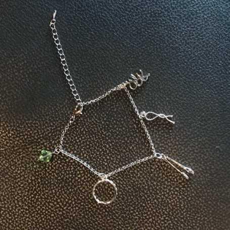Bracciale catena metallo con pendenti e perla verde